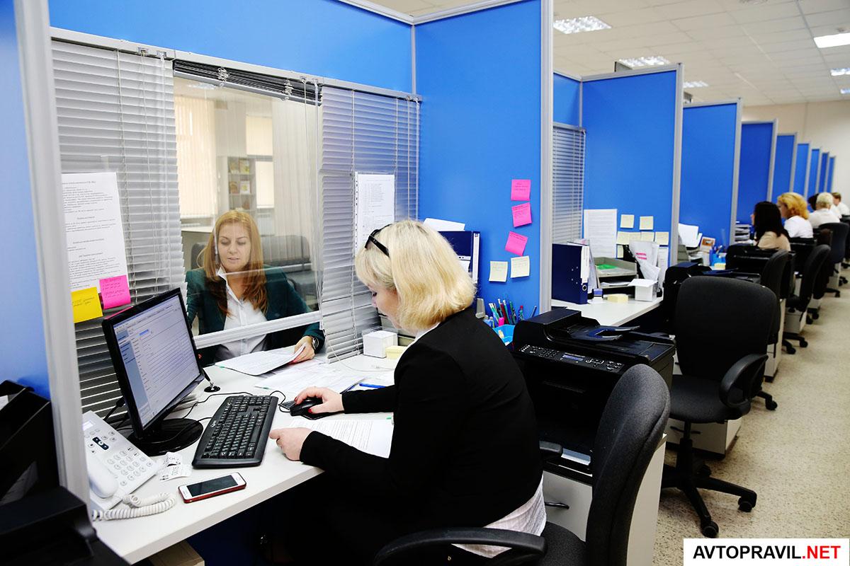 Оператор МФЦ, обслуживающий клиента в офисе