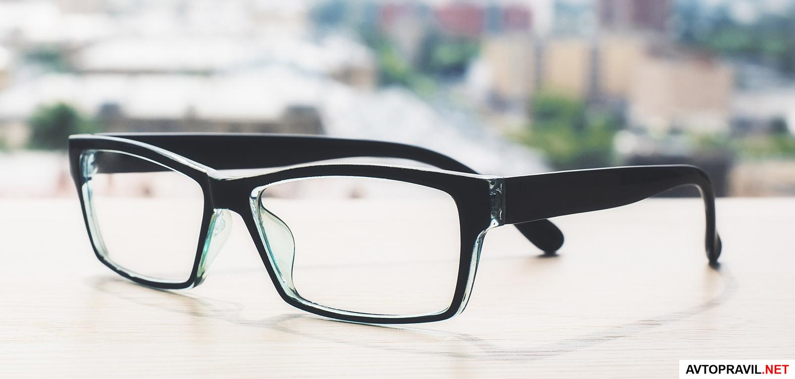 очки, лежащие на столе