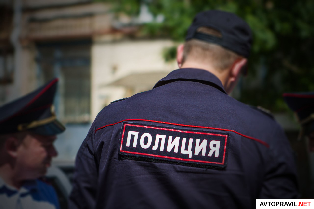 Полицейский, стоящий спиной