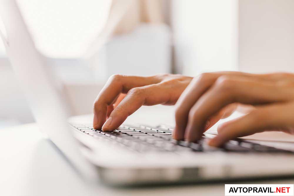 Руки, лежащие на клавиатуре ноутбука