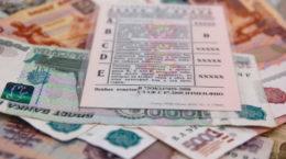 Водительское удостоверение лежит на деньгах
