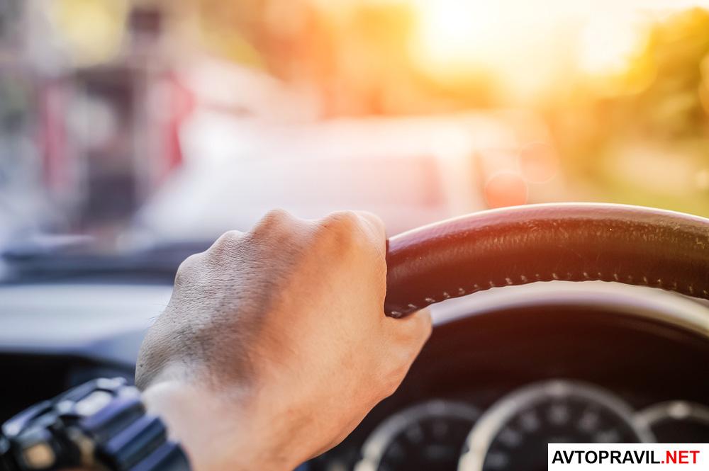 руки и руль автомобиля