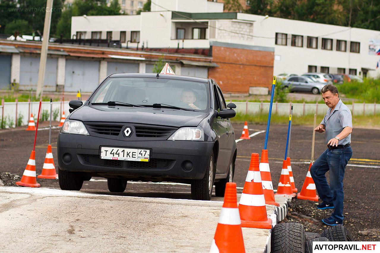 ученик сдает экзамен по вождению с иснтруктором