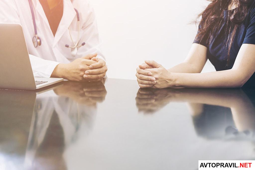 Врач и пациент сидящие за столом
