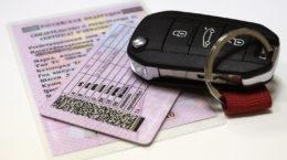 водительское удостоверение и ключи от авто