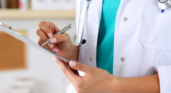 врач держит в руках документ