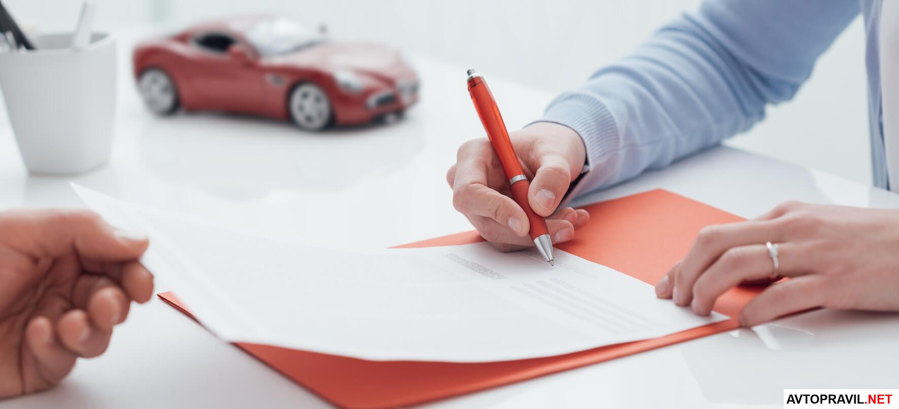 человек оформляет документ - другой человек держит документ рукой