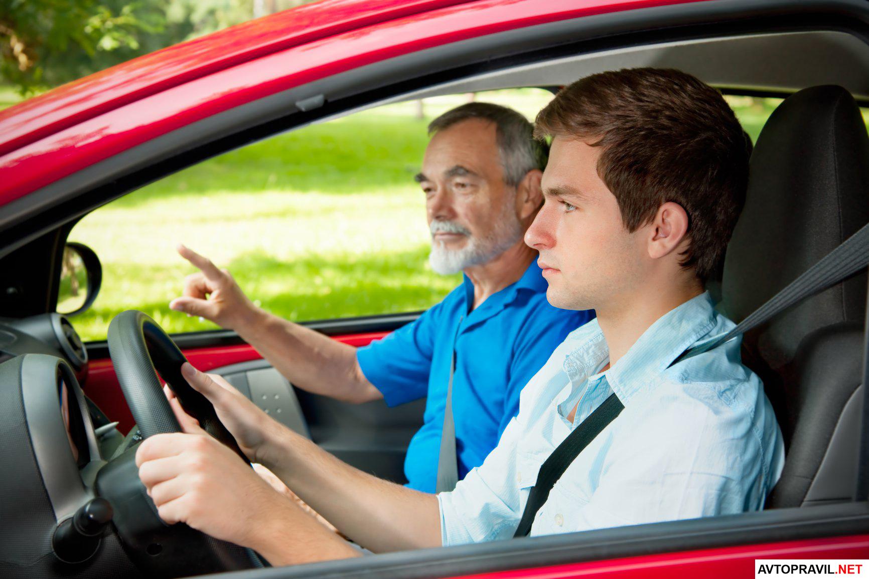 подросток за рулем автомобиля с иснтруктором