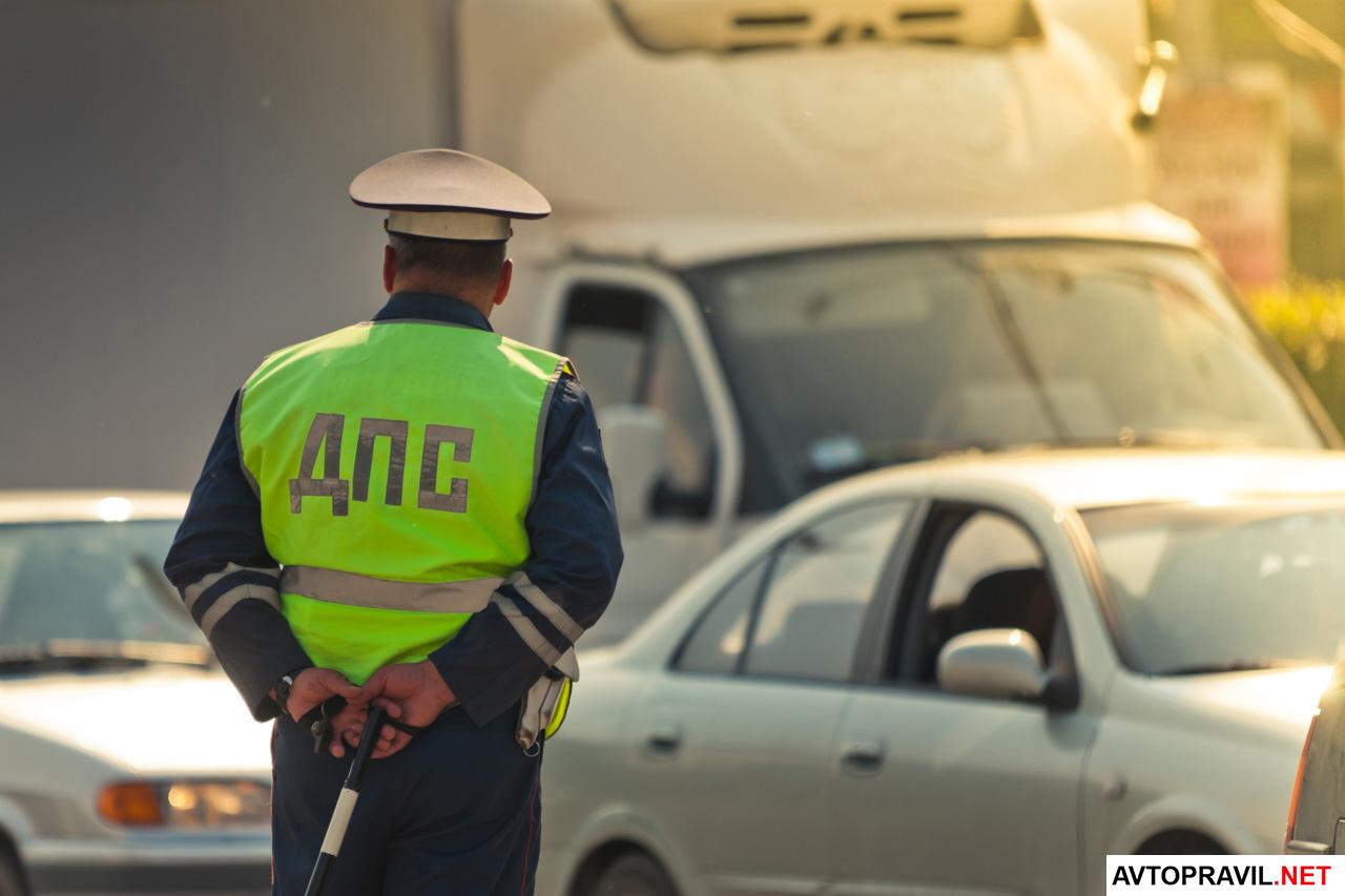 Инспектор ГИБДД, стоящий на дороге