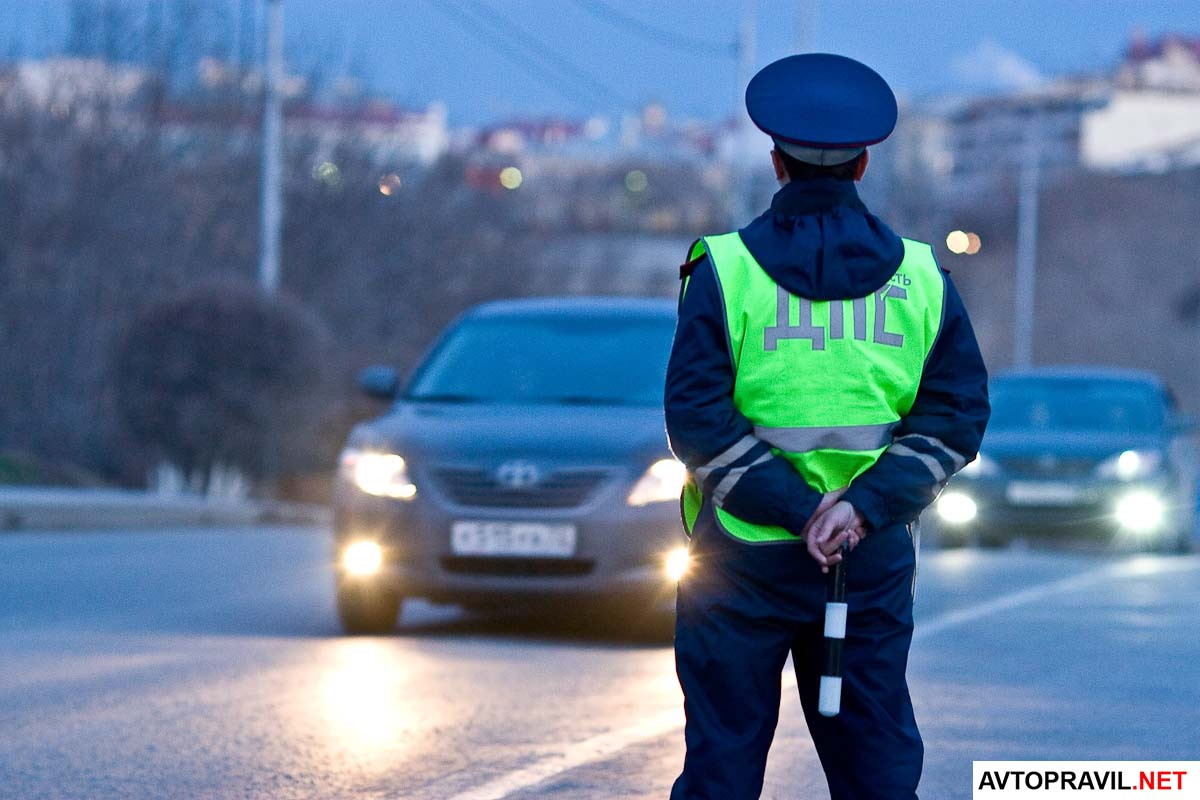 сотрудник гибдд стоит на дороге