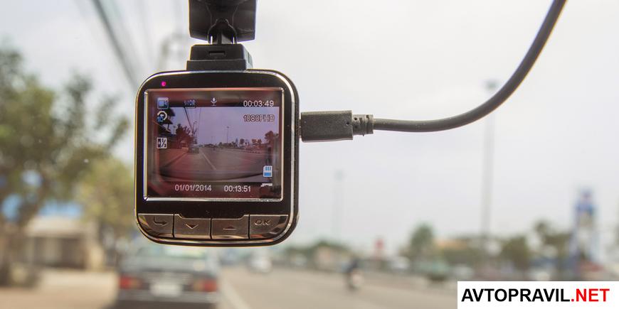 видеорегистратор на стекле автомобиля