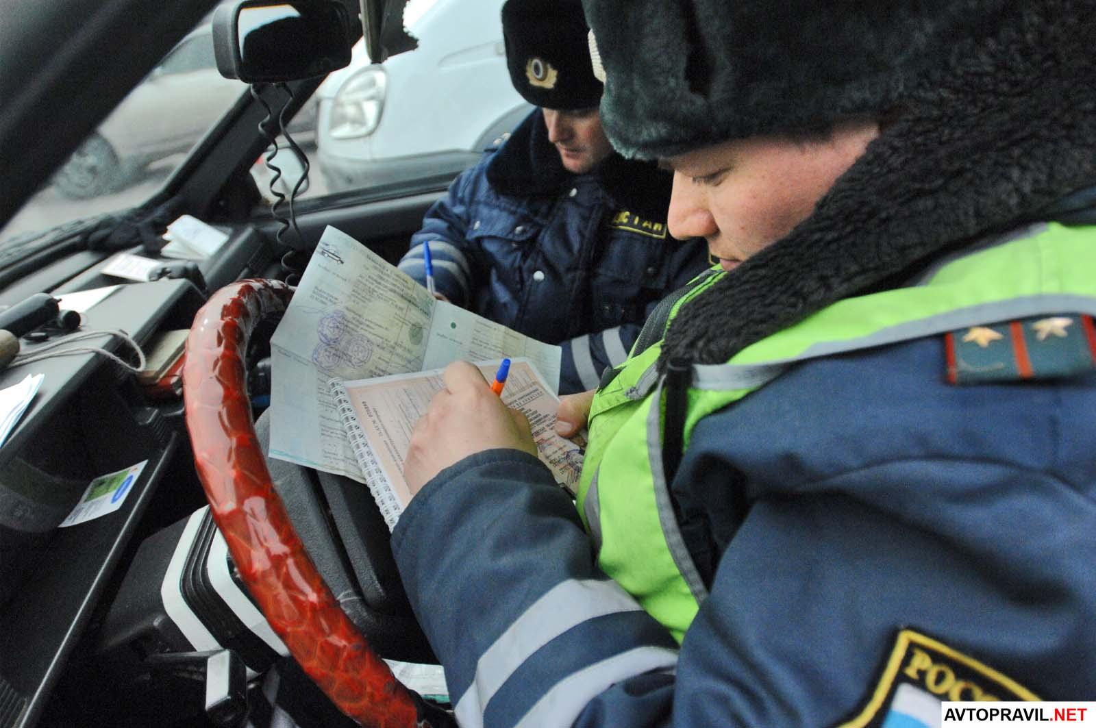 2 инспектора ДПС выписывающие постановление