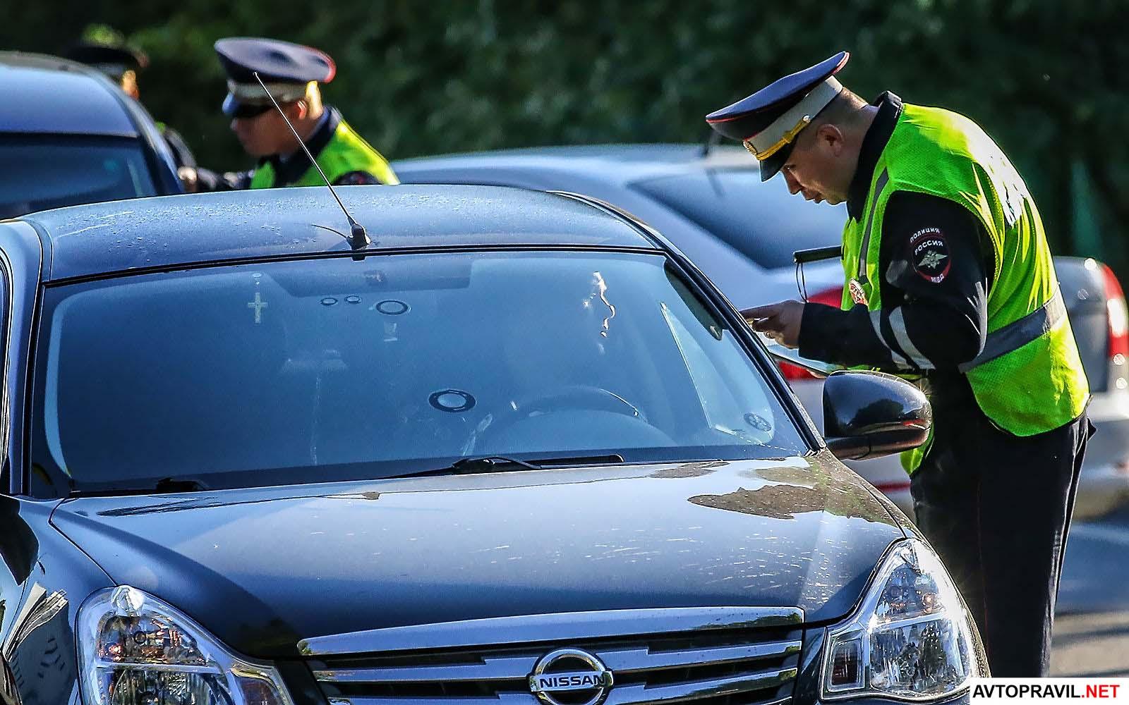 Инспектор Гибдд беседует с водителем в машине