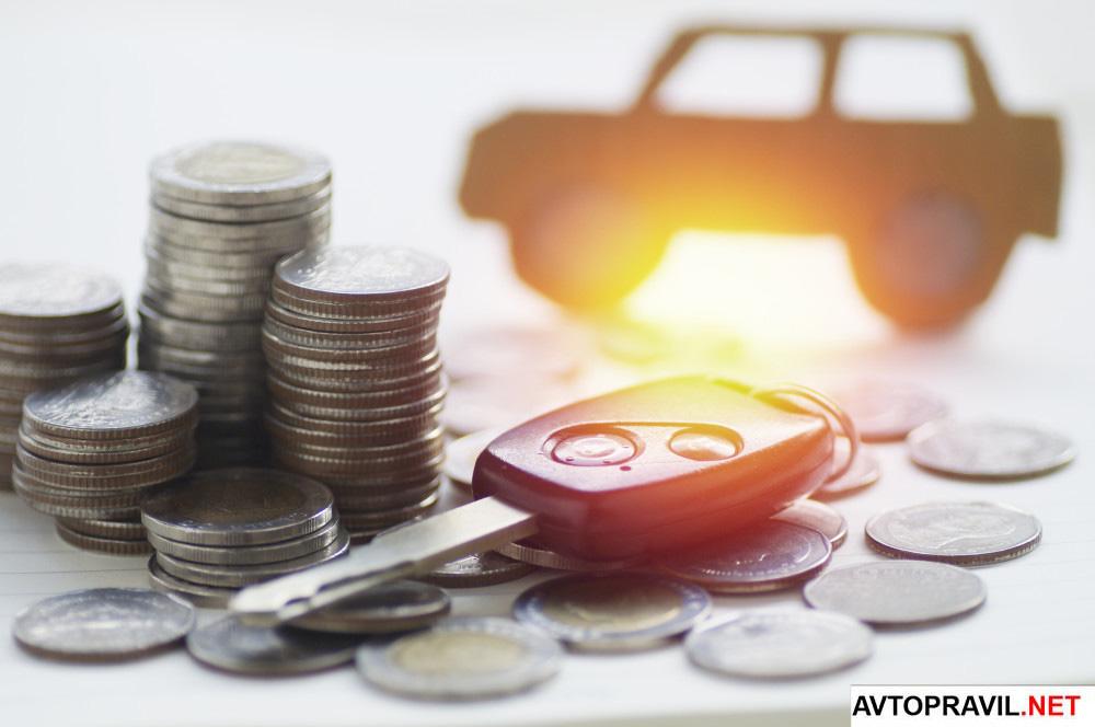 ключи от автомобиля и монеты на столе