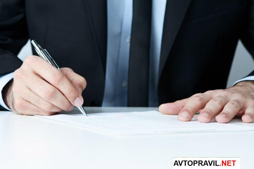 Человек, пишущий ручкой на бумаге
