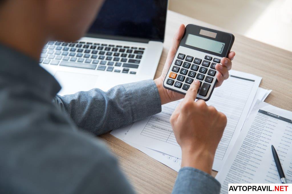 Человек делающий расчет на калькуляторе