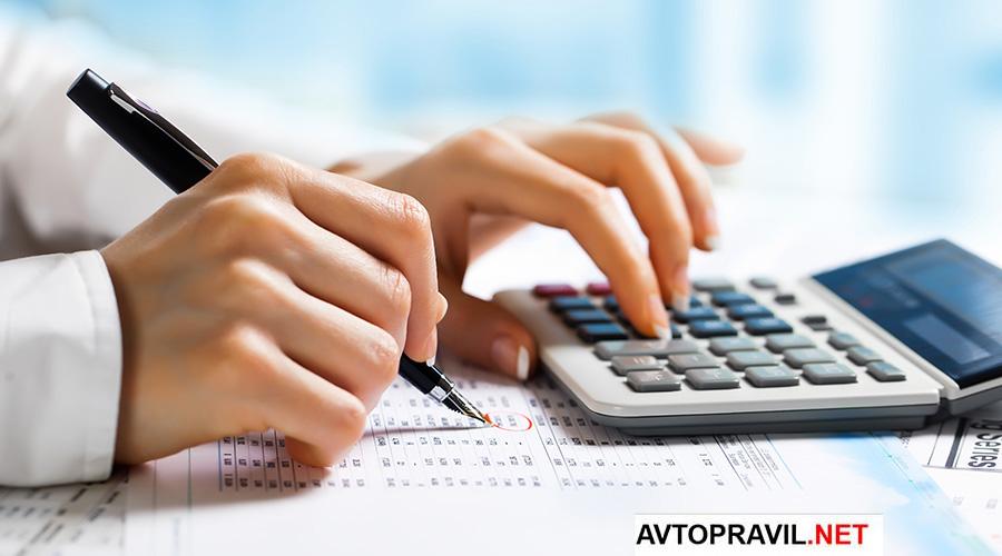 женщина производит расчет на калькуляторе
