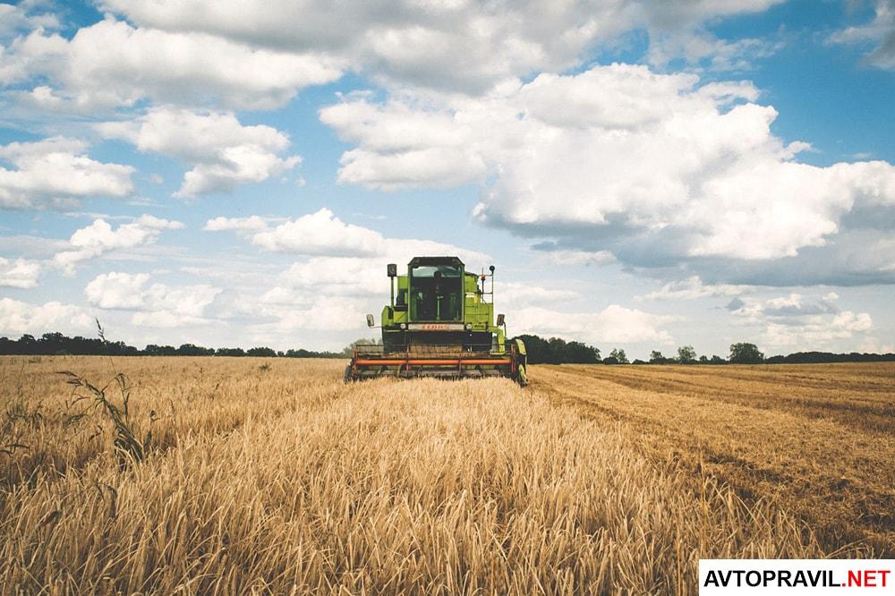 Сельскохозяйственная техника, которая едет в поле