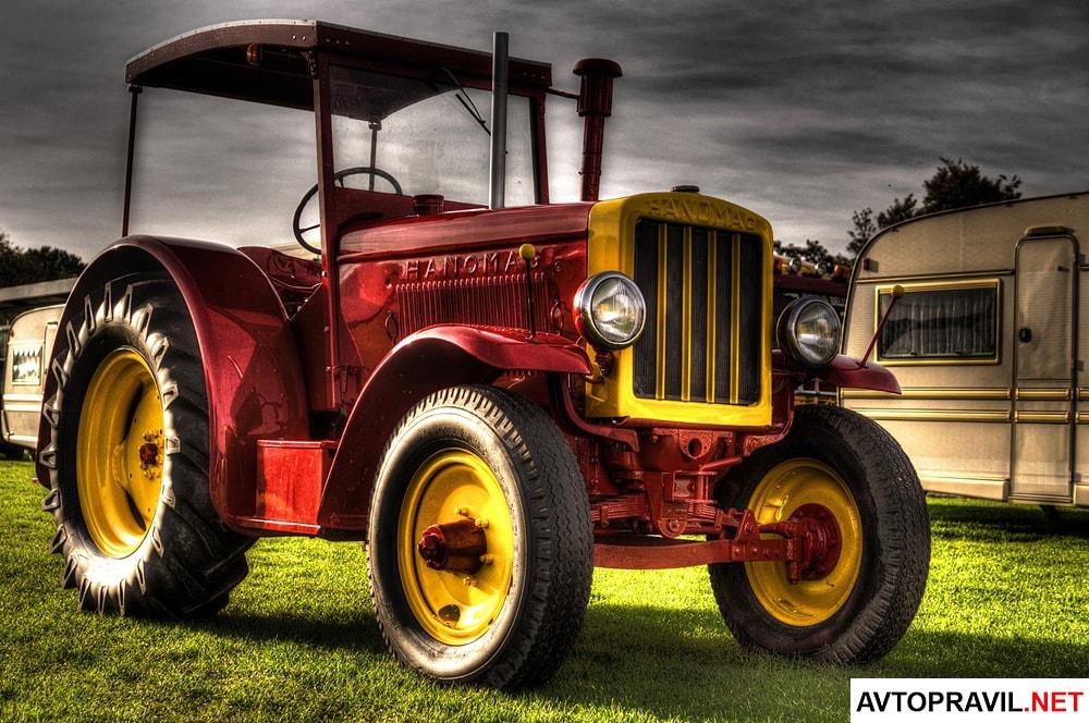 Темно-красный трактор с желтыми дисками
