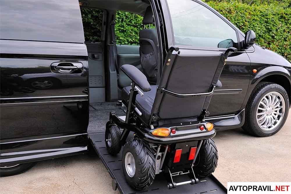 Инвалидная коляска возле машины