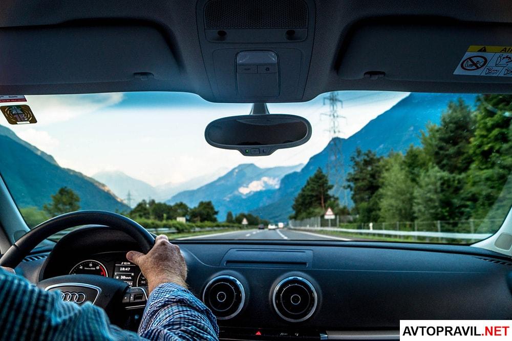 Водитель сидящий за рулем
