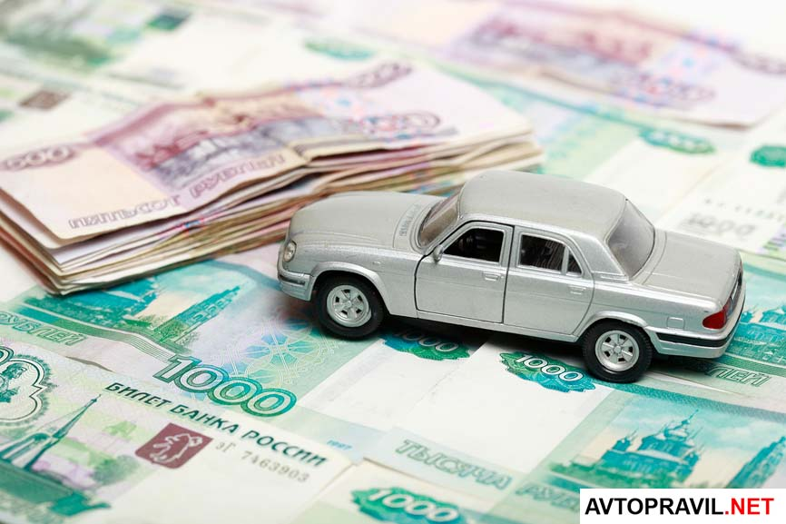 игрушечный автомобиль на фоне денег