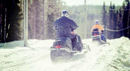 2 человека за едут на снегоходе