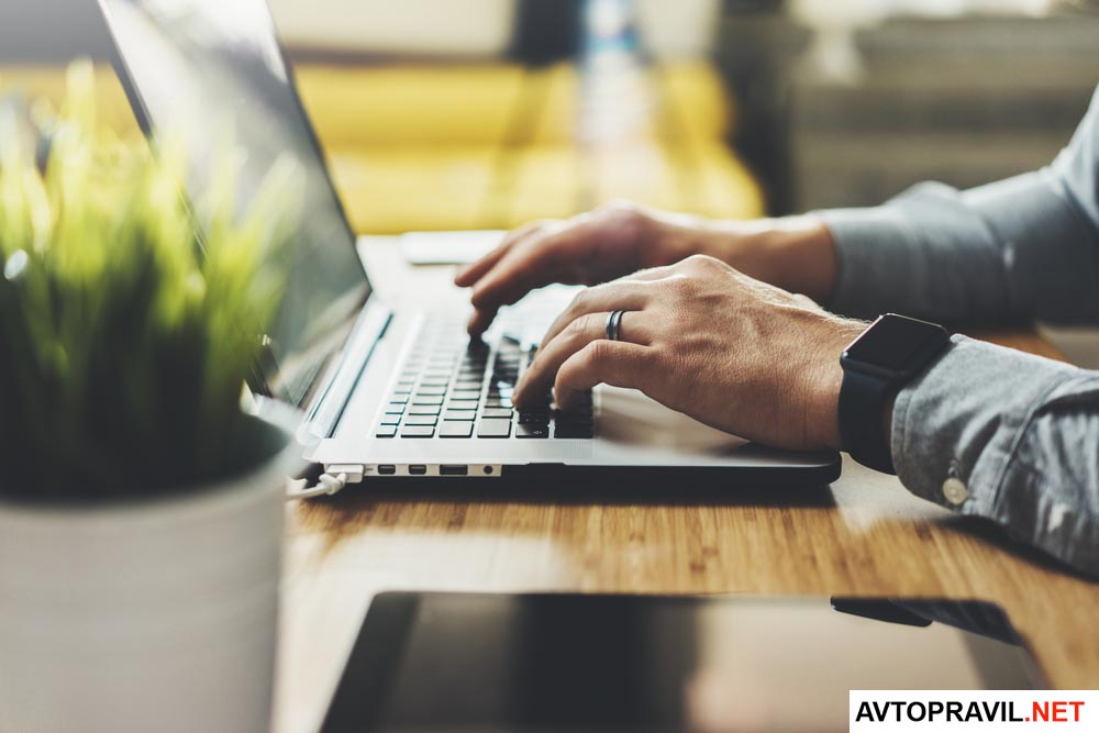 Руки мужчины лежащие на клавиатуре ноутбука