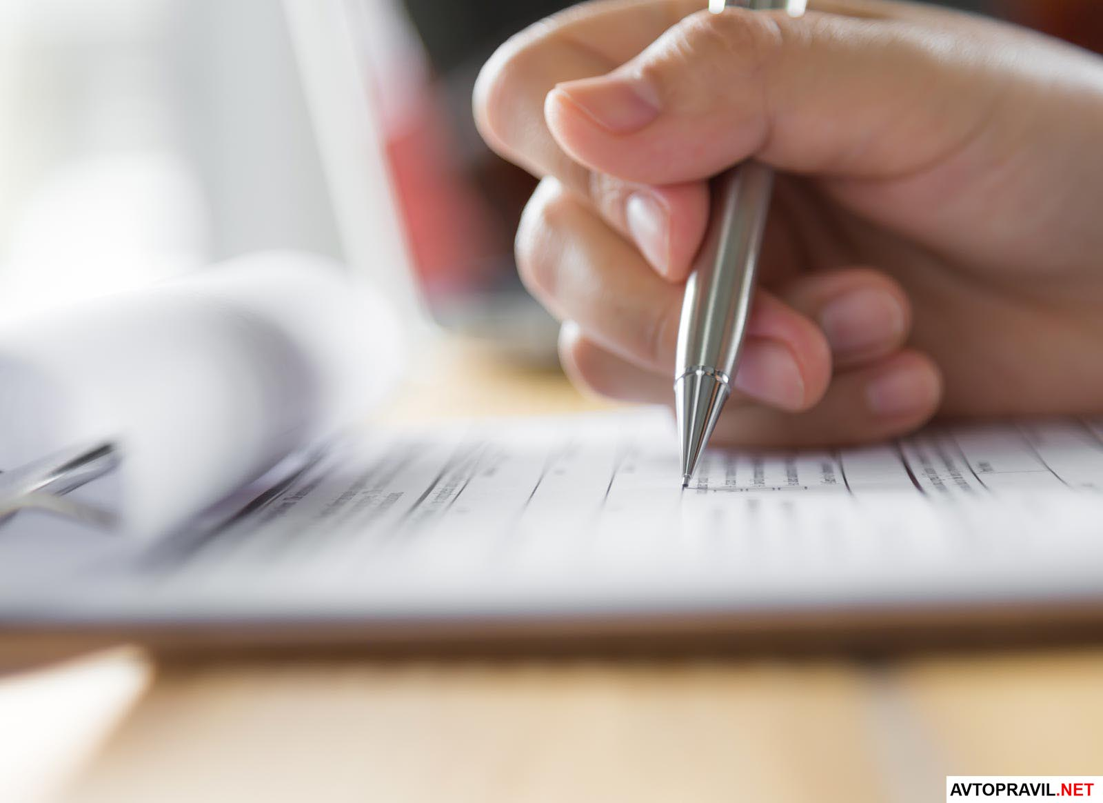 Рука человека держащая ручку в руке