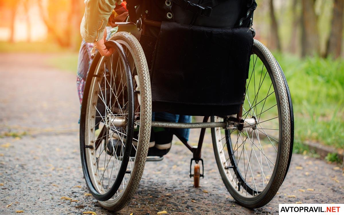 Инвалид сидящий в коляске