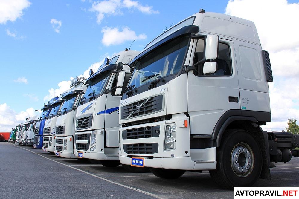 грузовые автомобили на парковке