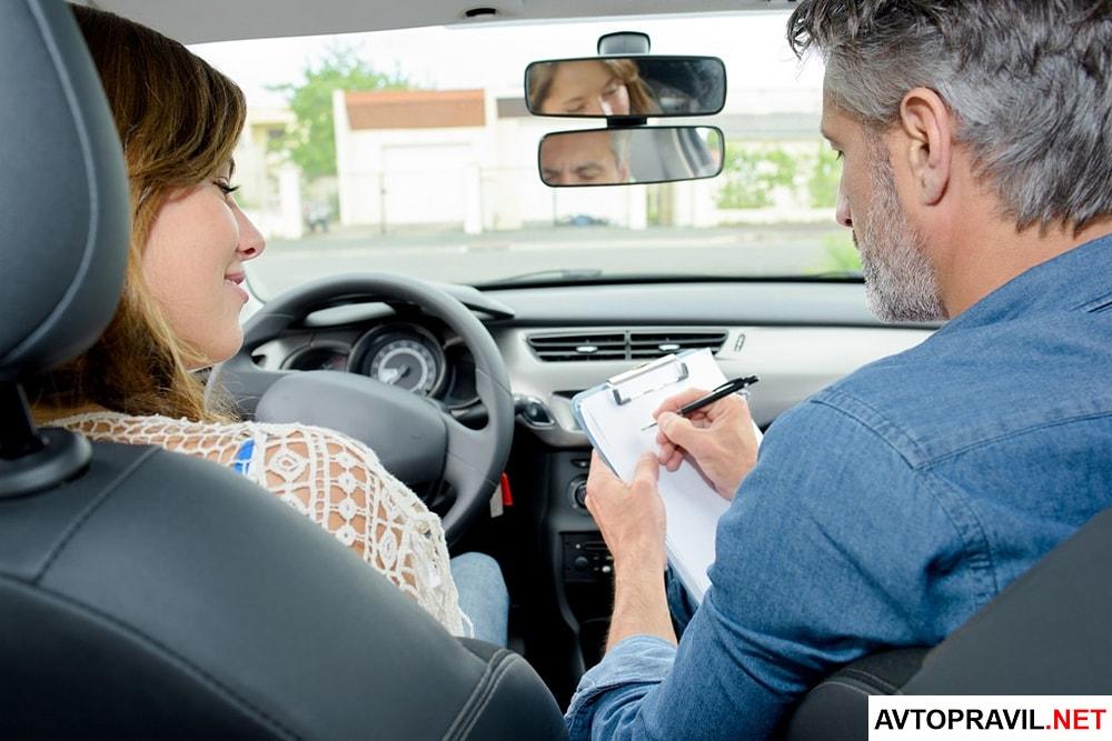 водитель с инструктором в машине