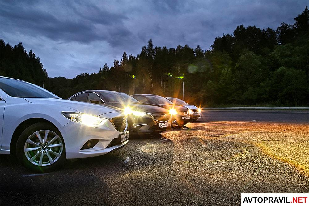 Группа машин с включенными фарами