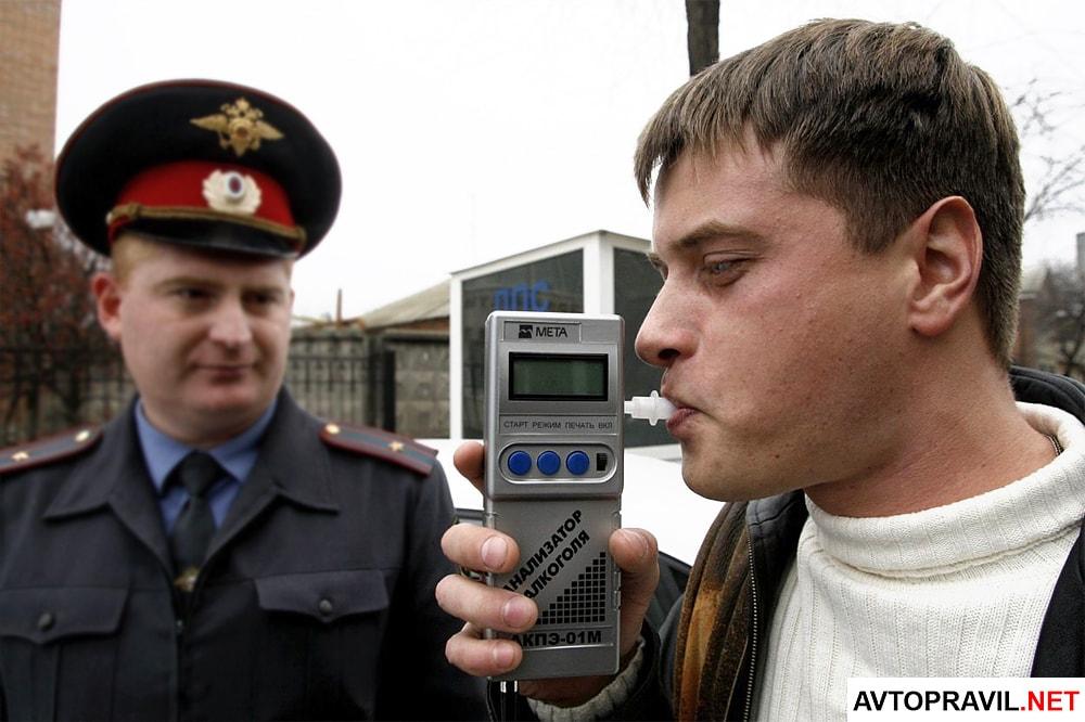 Проверка водителя на алкоголь сотрудником ГИБДД