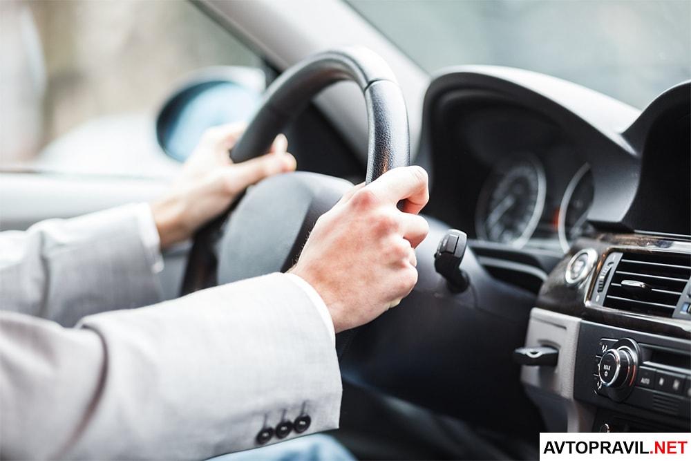 Мужские руки лежащие на руле