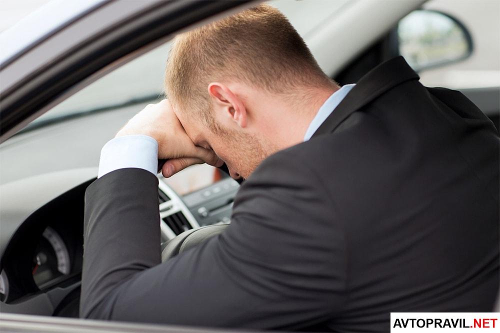 Мужчина лежащий на руле