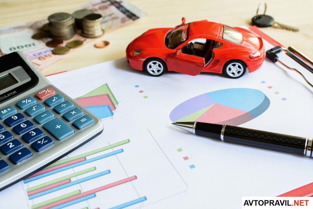 калькулятор, деньги, модель автомобиля и ручка лежащие на документах