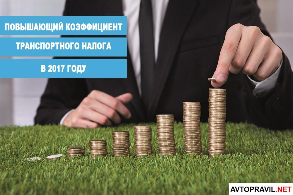 мужчина в деловом костюме складывает монеты в стопки