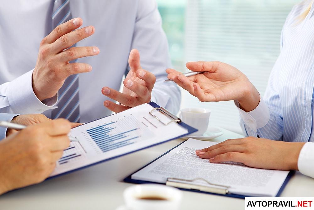 Три человека работающие с документами