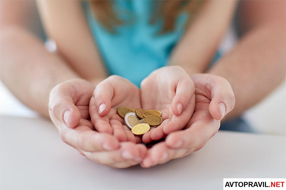 Ребенок держит монеты в ладонях