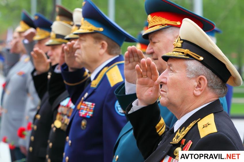 Ветераны отдающие честь