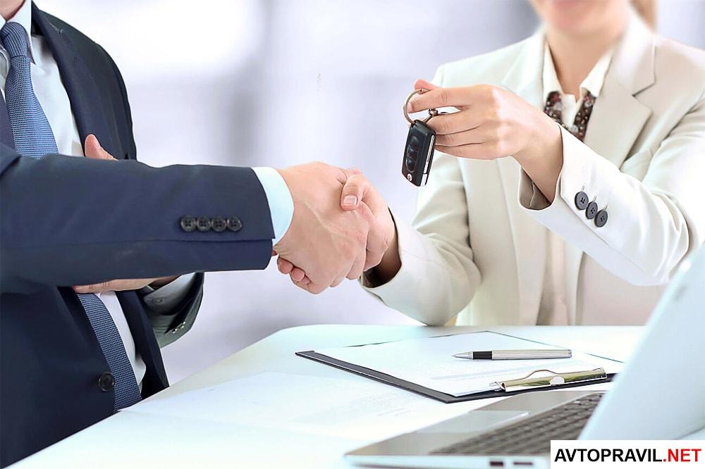 Передача ключей от автомобиля мужчине от женщины