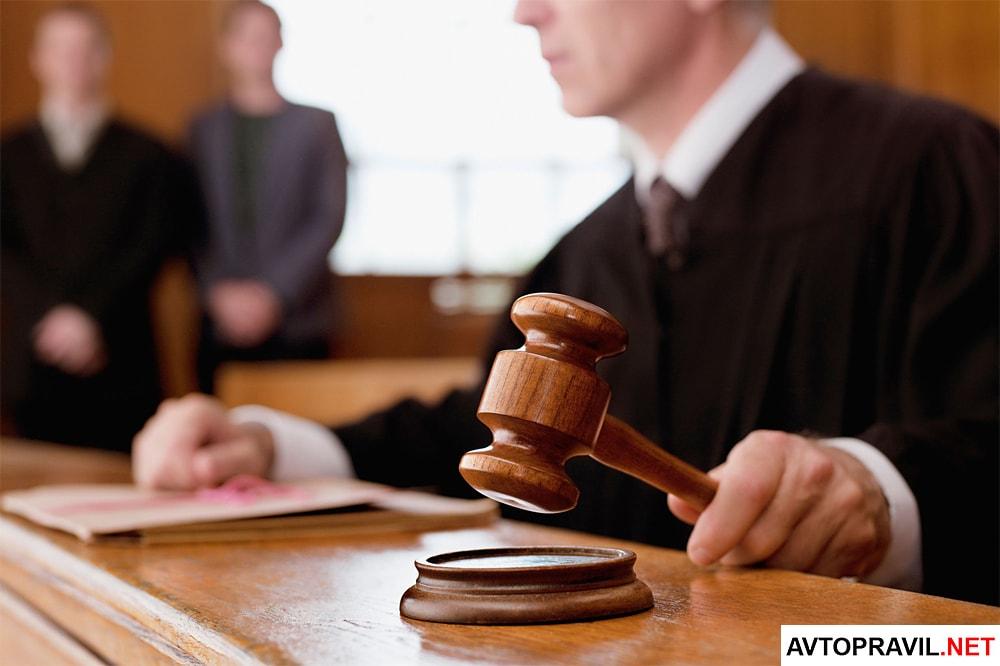 Судья, держащий в руках судейский молоток