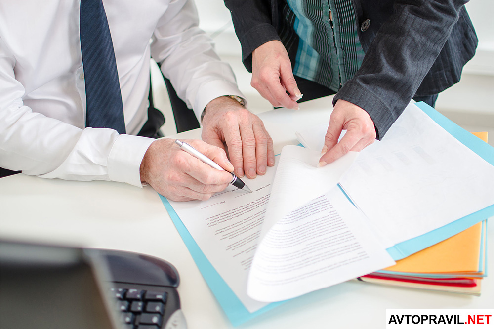 Двое мужчин оформляют документы