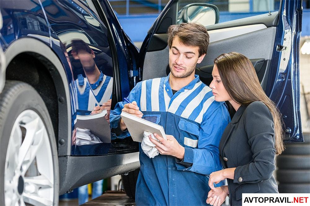 Водитель и механик изучающие документы на авто