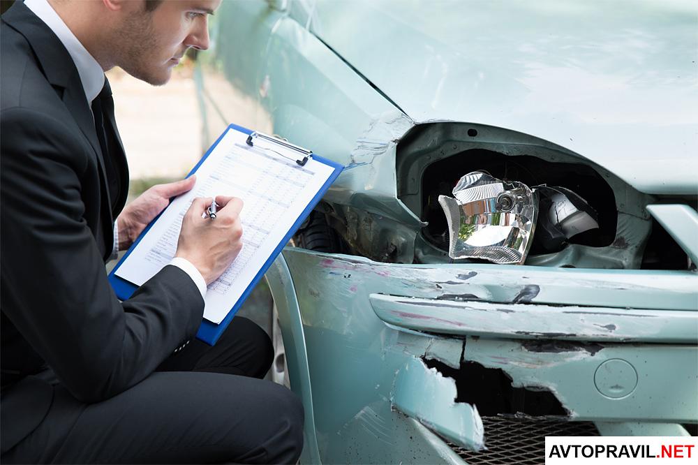 Специалист оценивающий состояние автомобиля