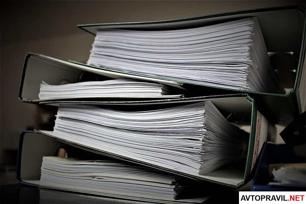 Папки с документами, лежащие на столе