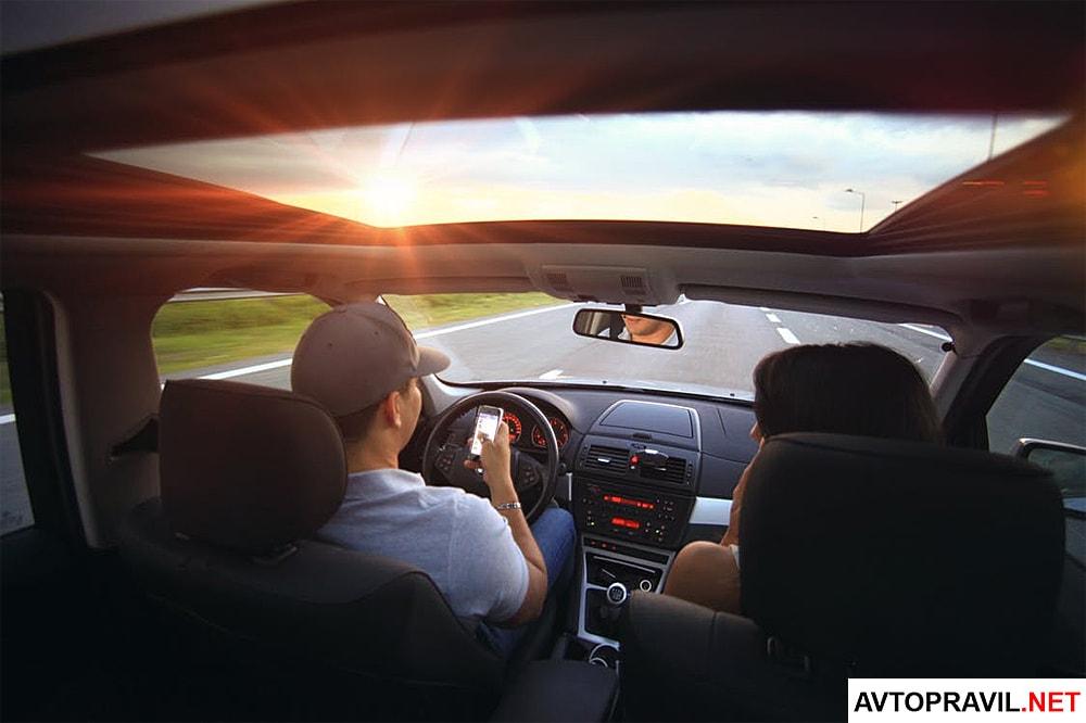 Мужчина и женщина, которые едут в машине