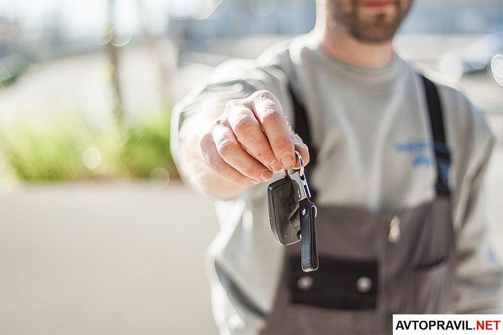 Ключи от машины, которые мужчина держит в руках