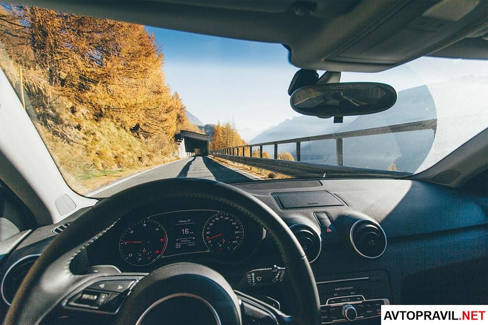 Автомобиль едущий по мосту